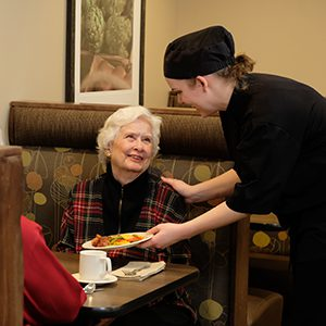 Dietary Aide with Resident